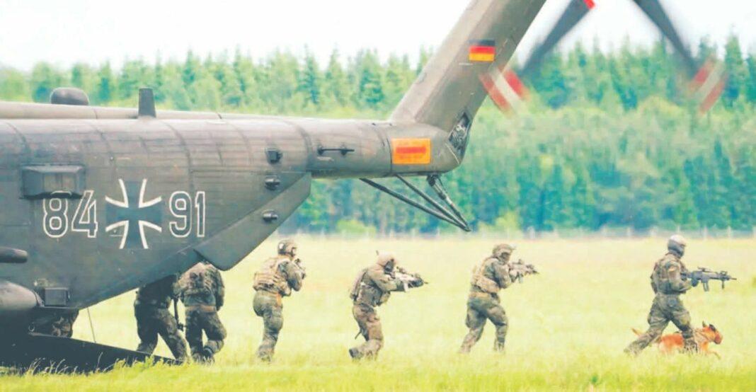 niemieccy żołnierze wyskakujący ze śmigłowca