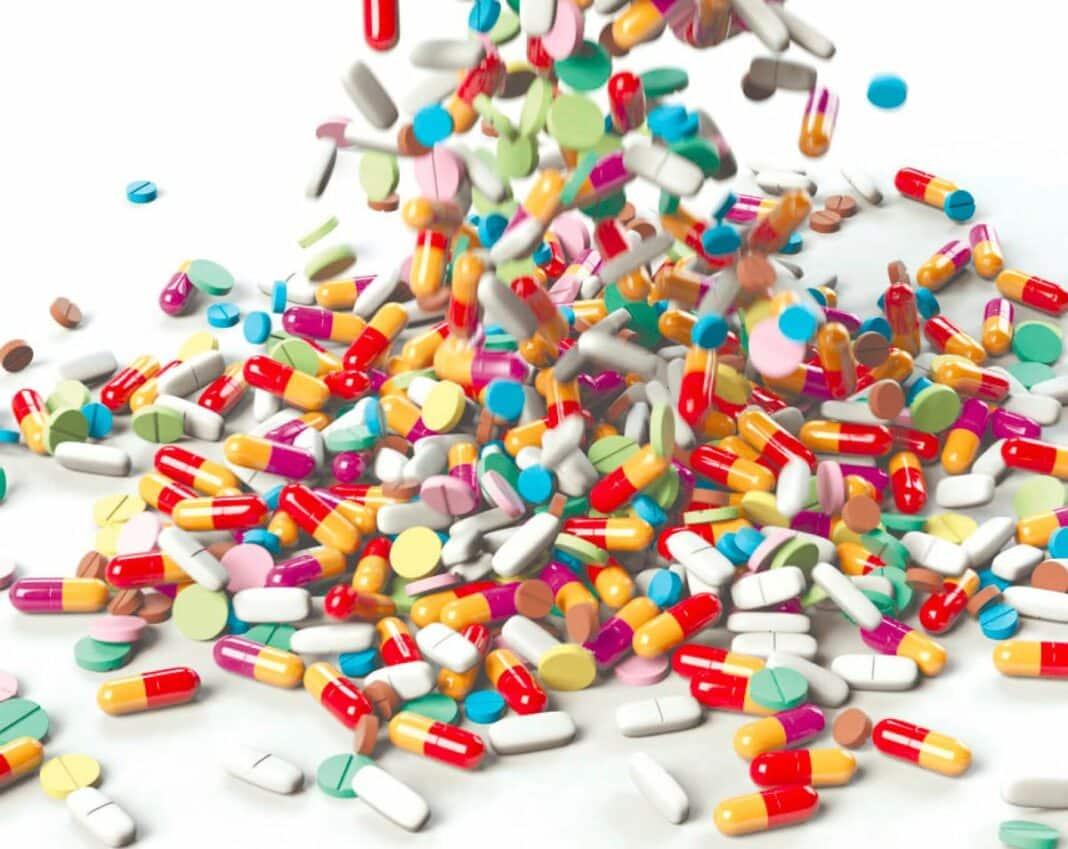 Różnokolorowe tabletki rozsypane na stole