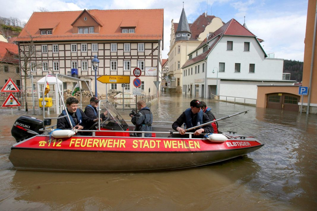 Wehlen, Niemcy. Strażacy na łodzi w zalanym mieście Wehlen w Saksonii. Mieszkańcy domów położonych nad rzeką Łabą zostali ewakuowani. Woda osiągnęła alarmujący poziom 7 metrów, lokalne władze zadecydowały o wprowadzeniu stanu alarmowego czwartego stopnia. (mr) PAP/EPA/Matthias Hiekel